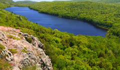 View of Lake of the Cloud at the Porcupine Mountains State Park in northern Michigan, USA. - Photo: Shutterstock